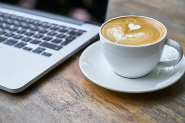 スタバのアイスコーヒーを無料カスタマイズでワンサイズ大きなカフェラテに!